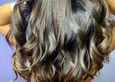 Multi toned, full body wavy hair.